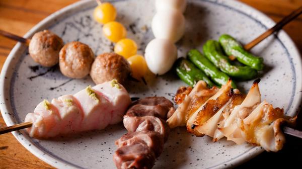 【鳥之介】鳥や野菜の串が7本、皿にのっている