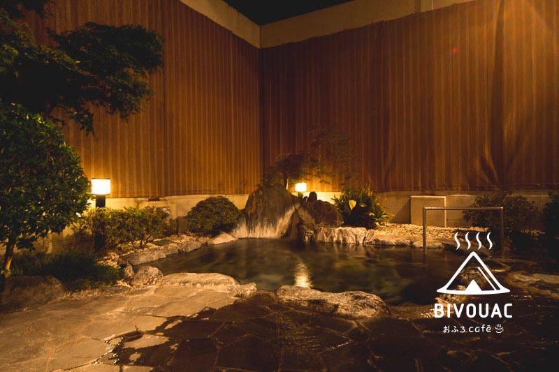 温泉道場ビバークおふろcafé bivouacビバーク施設内の雰囲気のいい露天風呂