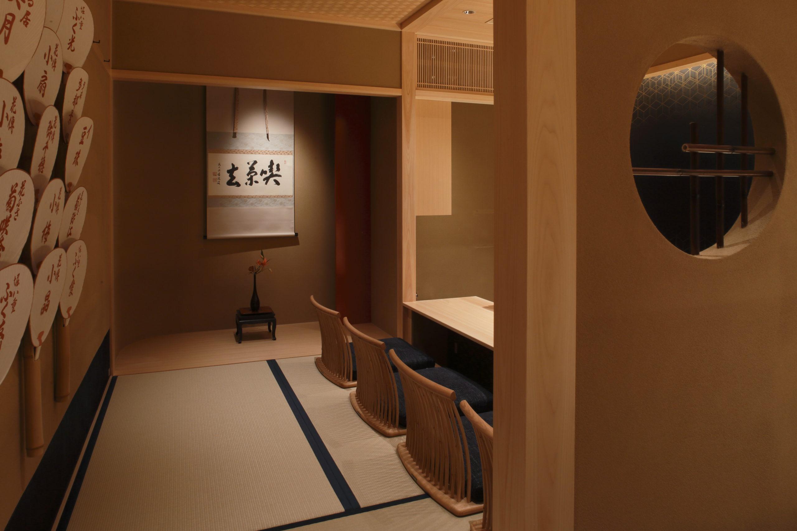 お茶屋の雰囲気の中で、昼は京風スイーツを。夜はカクテルなどが楽しめます。