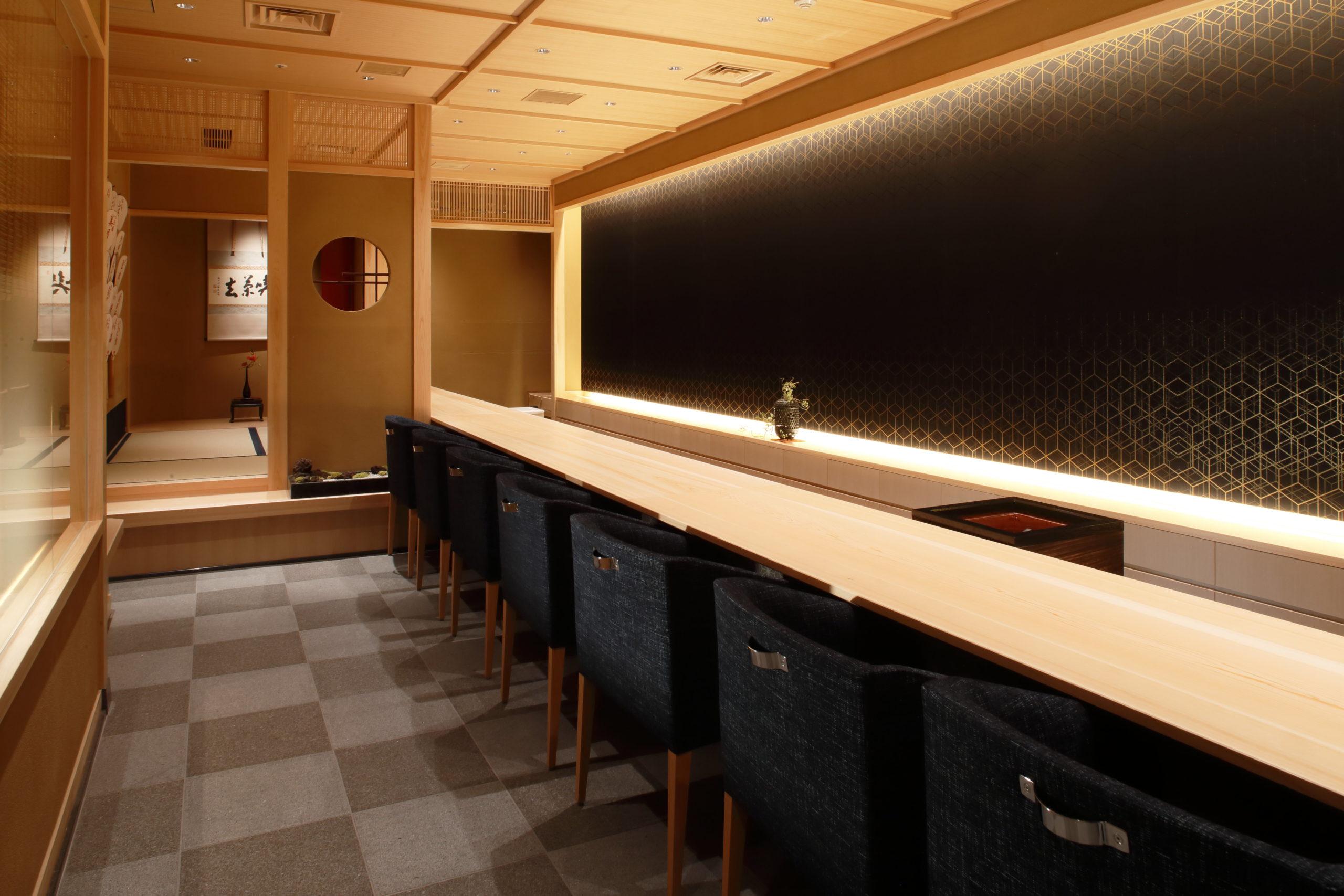 お茶屋バー『近江榮(おうみえ)』は百貨店内の店舗なので、女性のお客様が多いのが特徴です