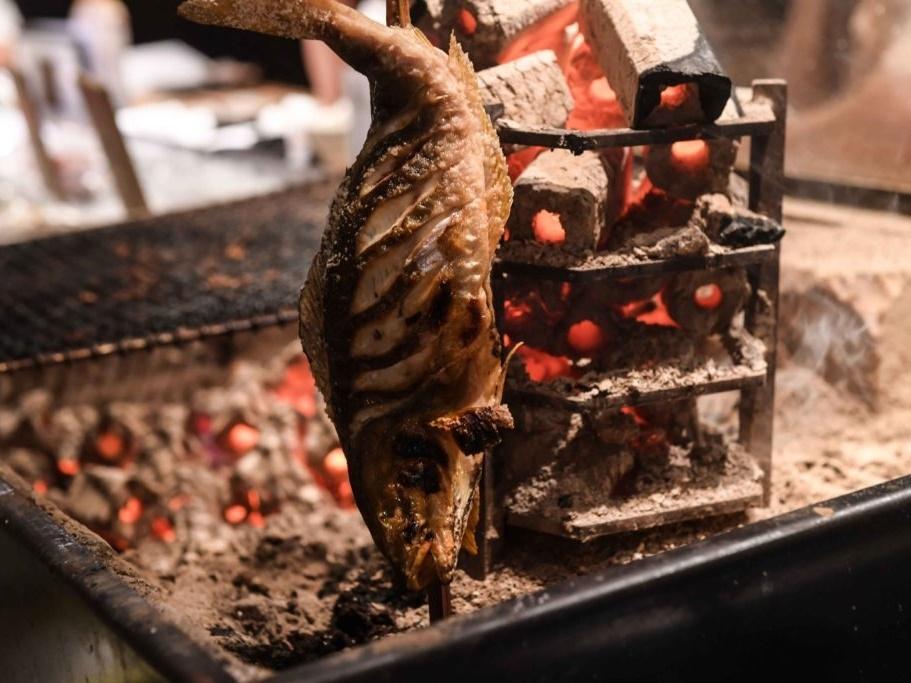 魚を炭火であぶり焼きしているところ
