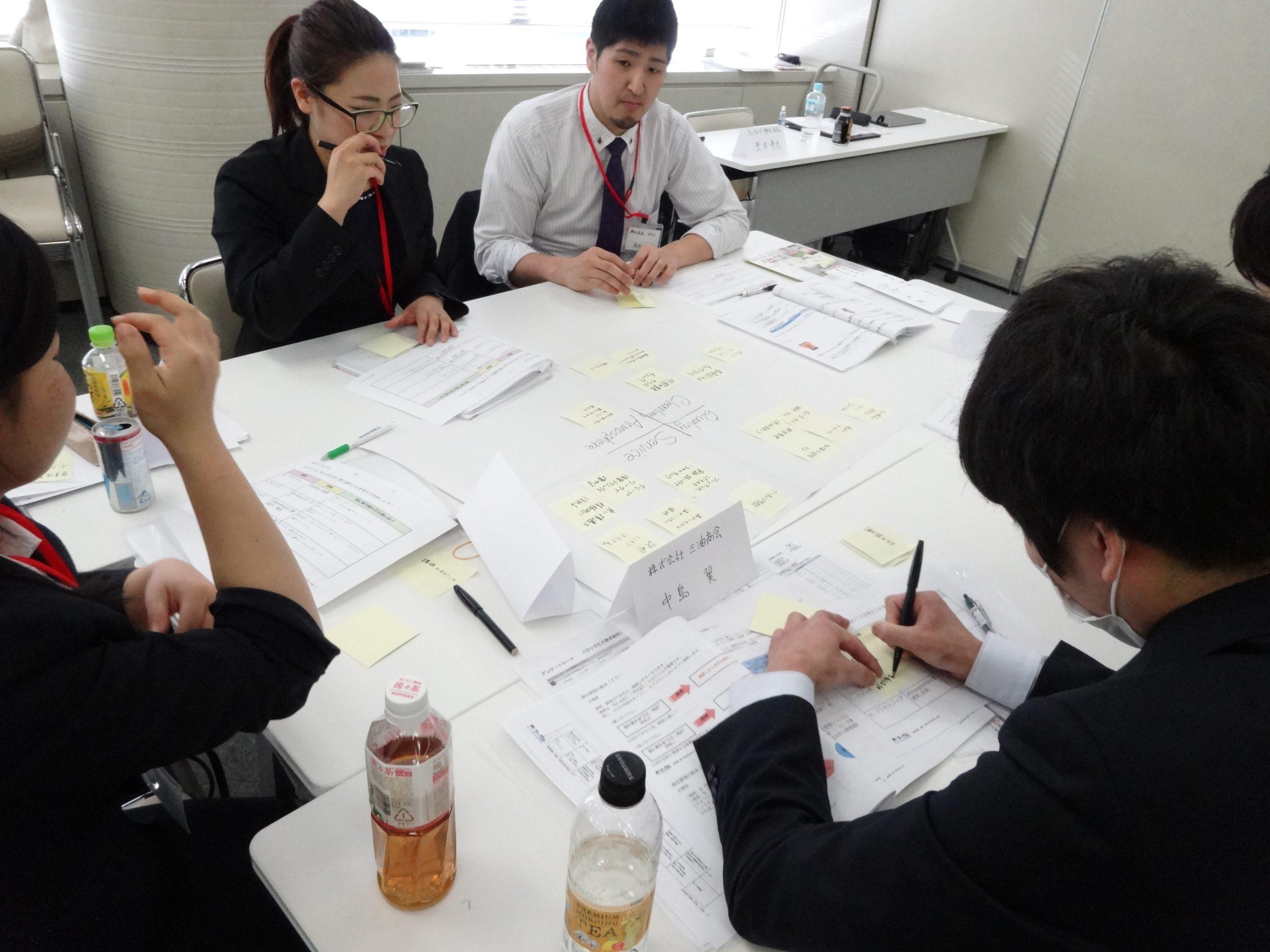 秋吉さんの研修風景。グループで考え、話し合う場面。