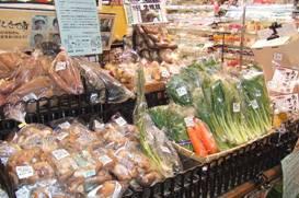 地元でとれたものを中心に旬の野菜を取り揃えた野菜コーナー