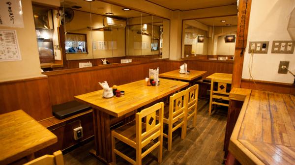 【鳥之介】木の椅子とテーブルが並ぶ店内