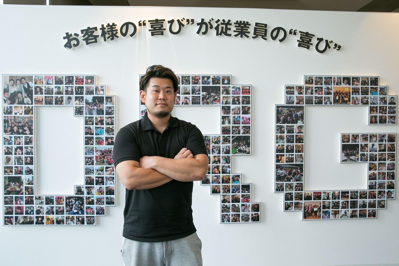看板前の男性写真