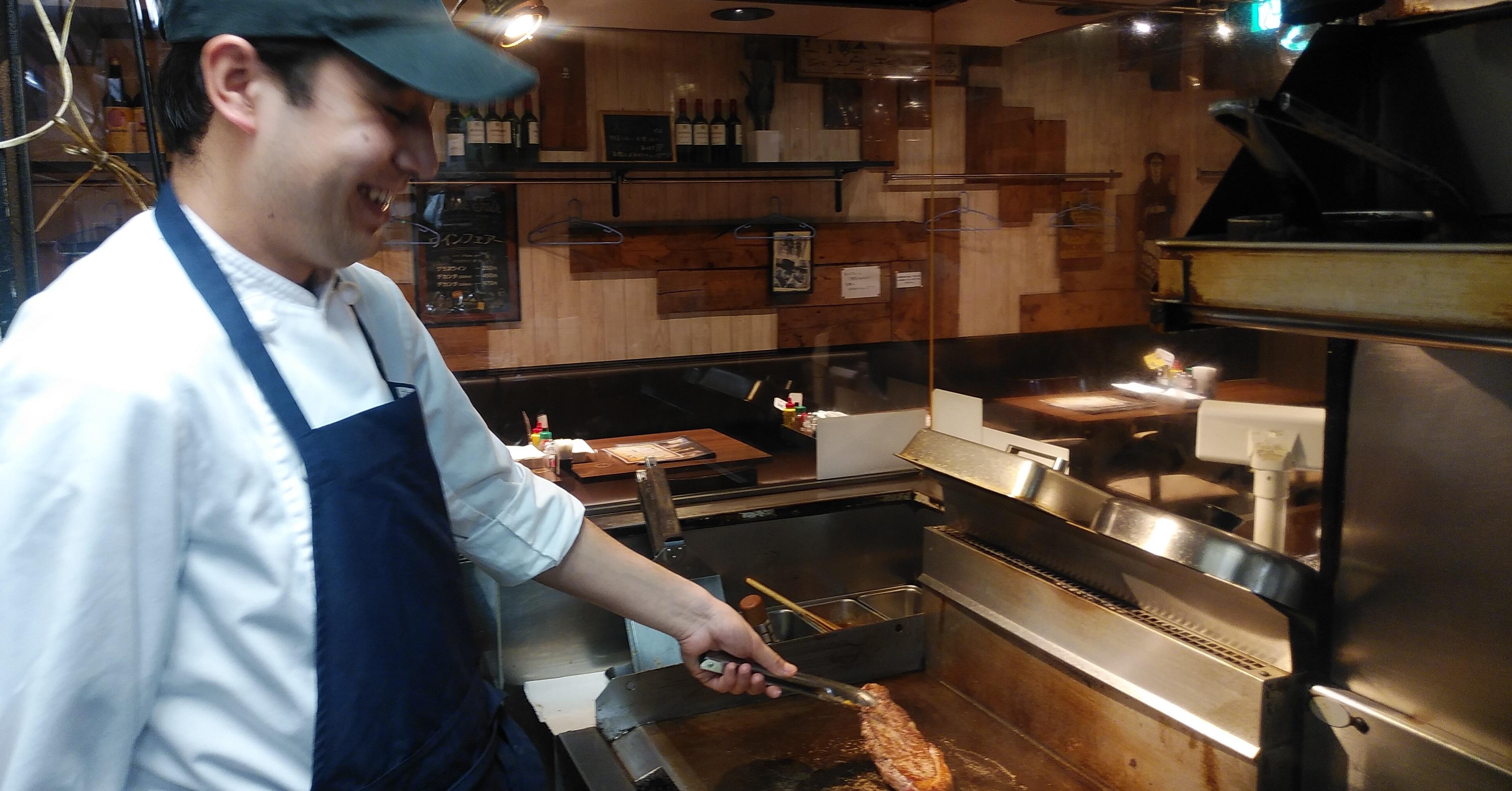 鉄板でステーキ肉を焼いているところ