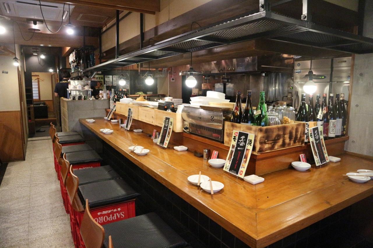 美味しいお酒とこだわりの料理が楽しめる居酒屋。お客様との距離も近く活気いっぱい。