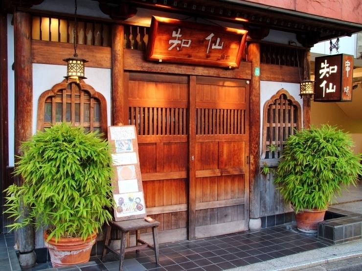 六本木の大通りの一本裏にある和食と串揚げの老舗。VIPなゲストも訪れます。