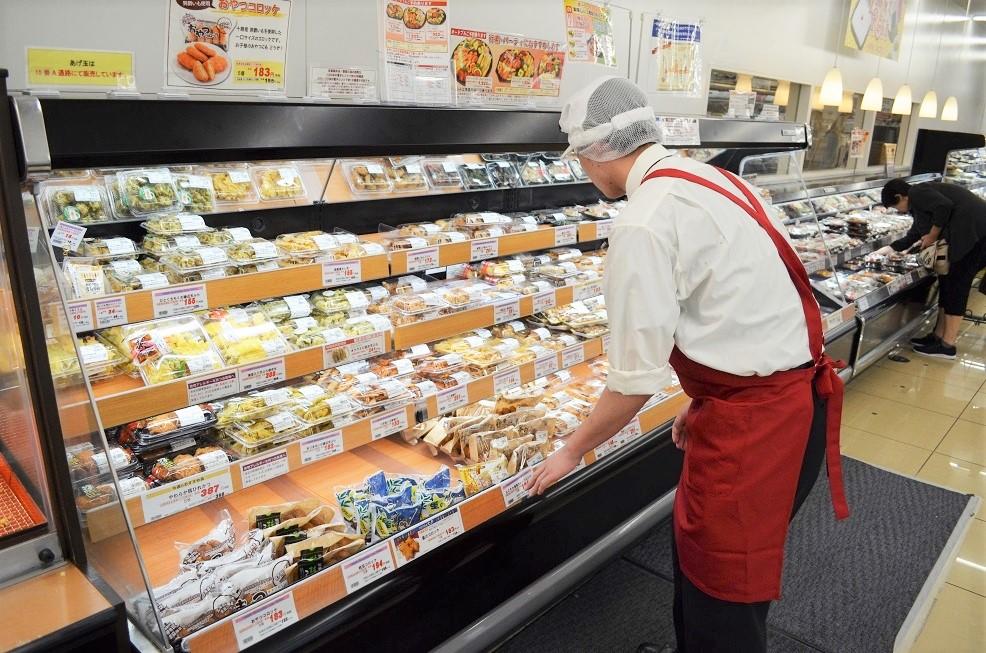 スーパーの売り場を整える男性スタッフ