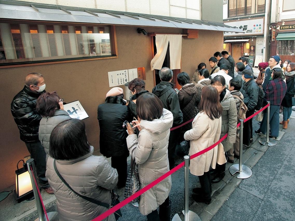 『つじ半』は、90分待ちの行列も珍しくない大人気の海鮮丼専門チェーン店。
