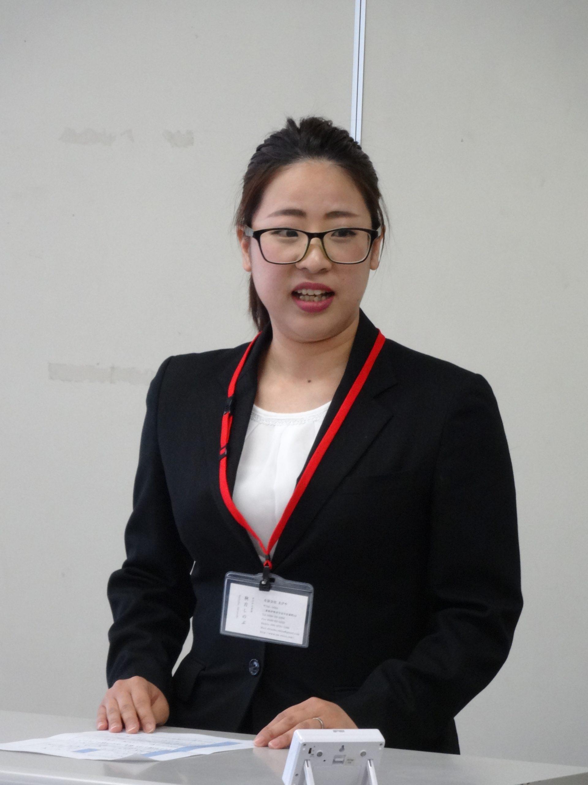 教壇に立って発表をする秋吉しのぶさん。