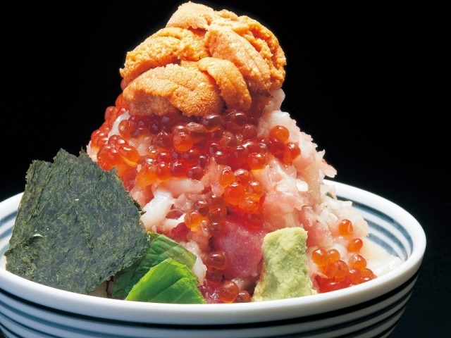 名物の海鮮丼「ぜいたく丼」。まぐろ、いくら、数の子、海老、イカ、貝など多種多様な海鮮がボリュームたっぷり盛りつけられている。