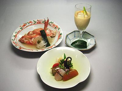 旬の食材を使い、作り手の心意気を感じる料理をご提供しています。
