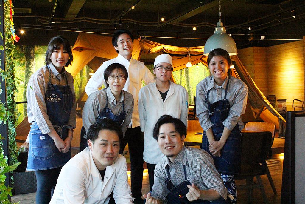 温泉道場 おふろcafé ビバークス レストランの料理人を含む笑顔のスタッフ集合写真
