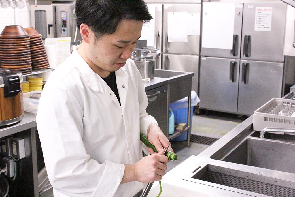 温泉道場 おふろcafé ビバーク きゅうりを切る調理スタッフ