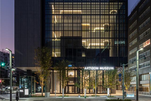 アーティゾン美術館の夜の外観