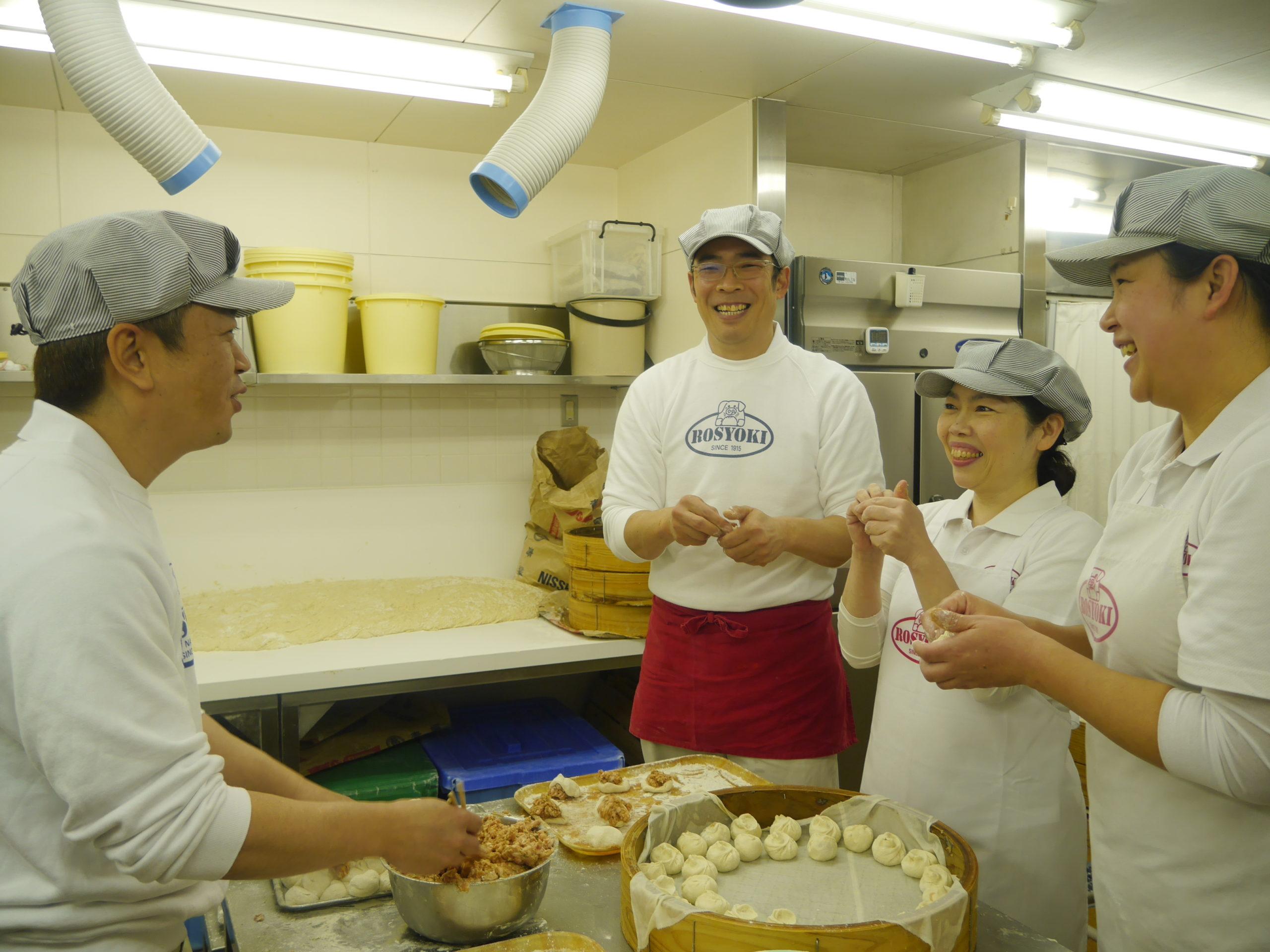 老祥記の厨房。スタッフがひとつひとつ手で丁寧に包んで蒸し器に並べているところ