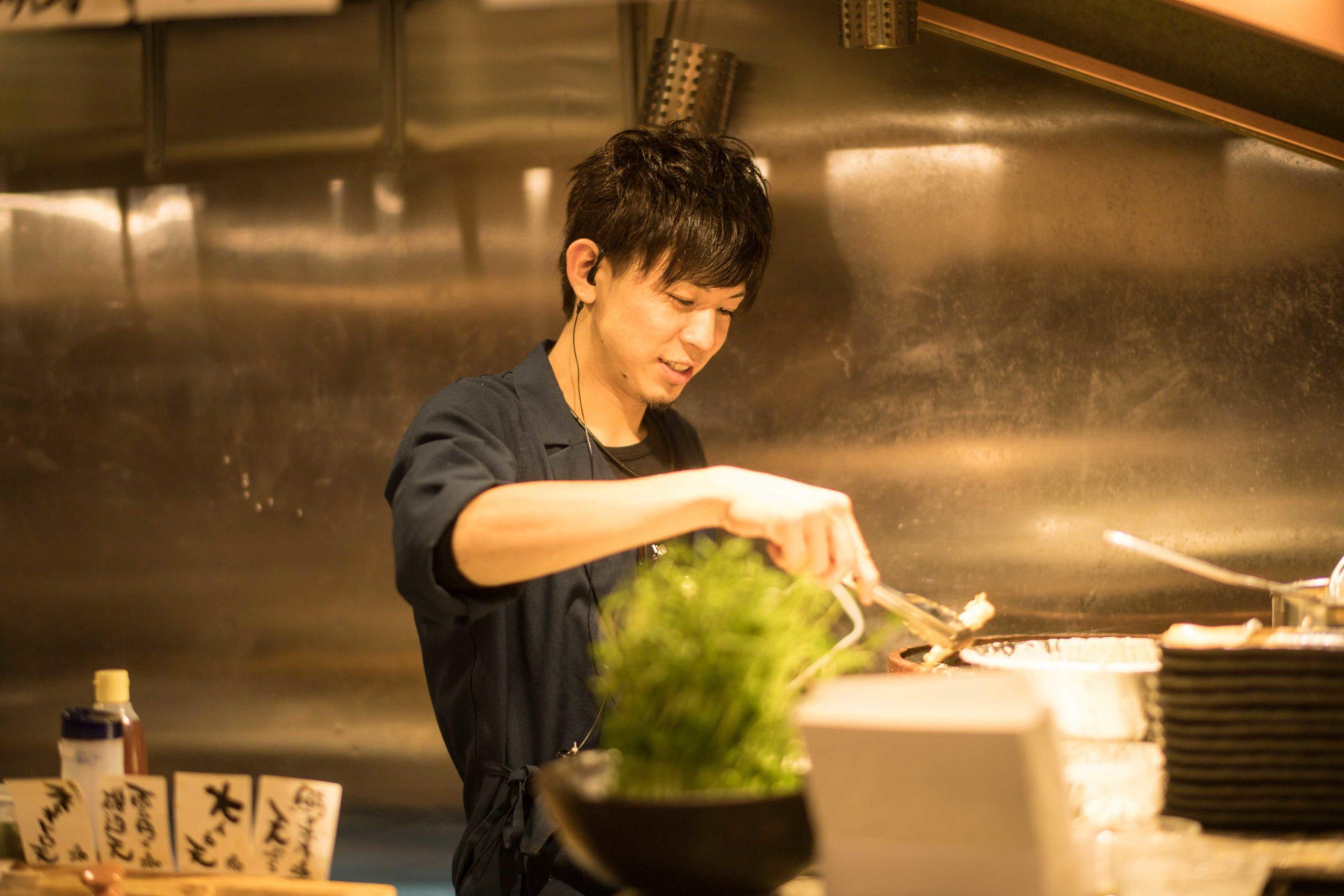 調理場で働く若手男性スタッフ