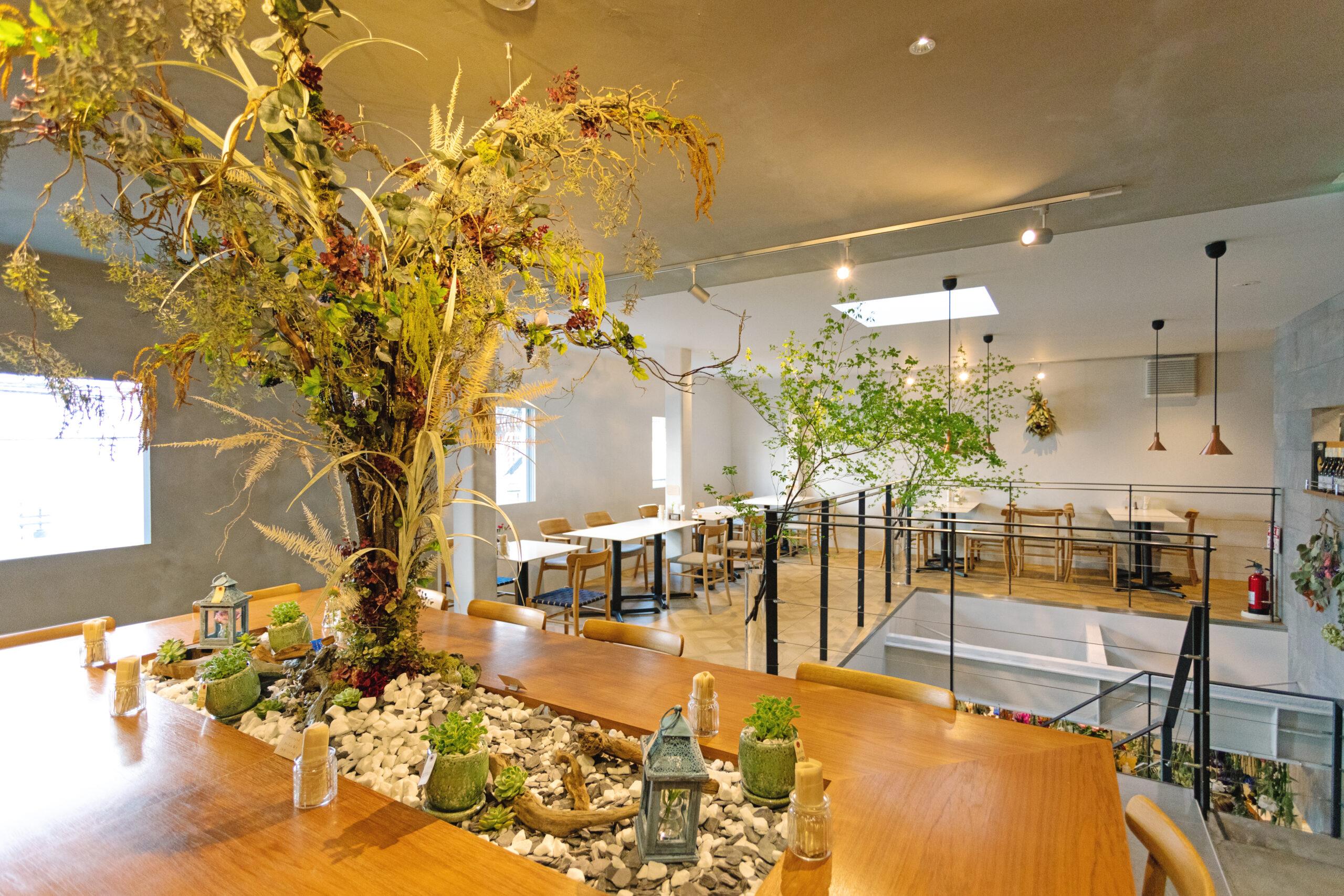 花Lab.Nocturne自社のハナラボの草花を生かした緑あふれるカフェの店内