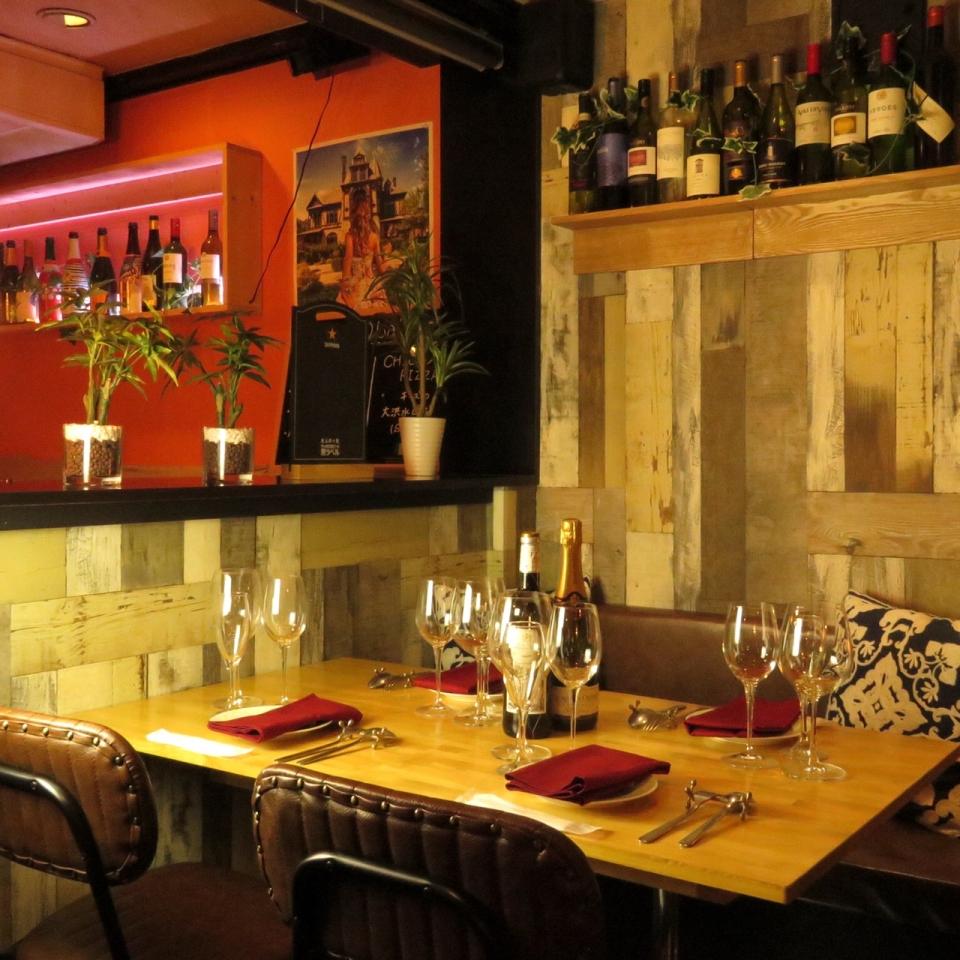 UMIバル 新宿店のシックなテーブル席
