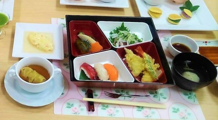 福祉施設では、行事やイベントに合わせた食事を提供しています。