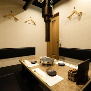 「希幸苑」内観 掘りごたつ式の個室と焼肉の網
