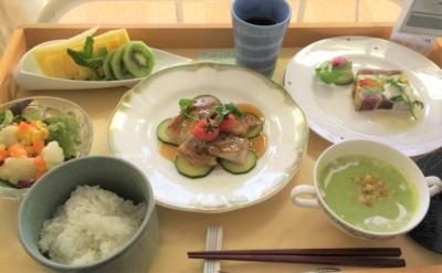 特別な日の給食の一例。魚のソテーをメインディッシュにした洋食コース。