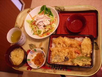 給食の一例。天ぷらのお重。