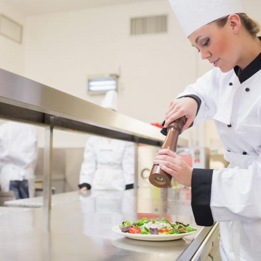 女性の料理人