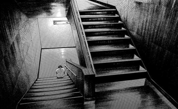階段に座り込む男性