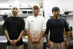 三ツ島真打店主の山本さんと採用した2名ノスタッフ