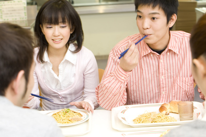 食事中の大学生