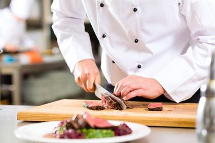 肉を切るシェフ