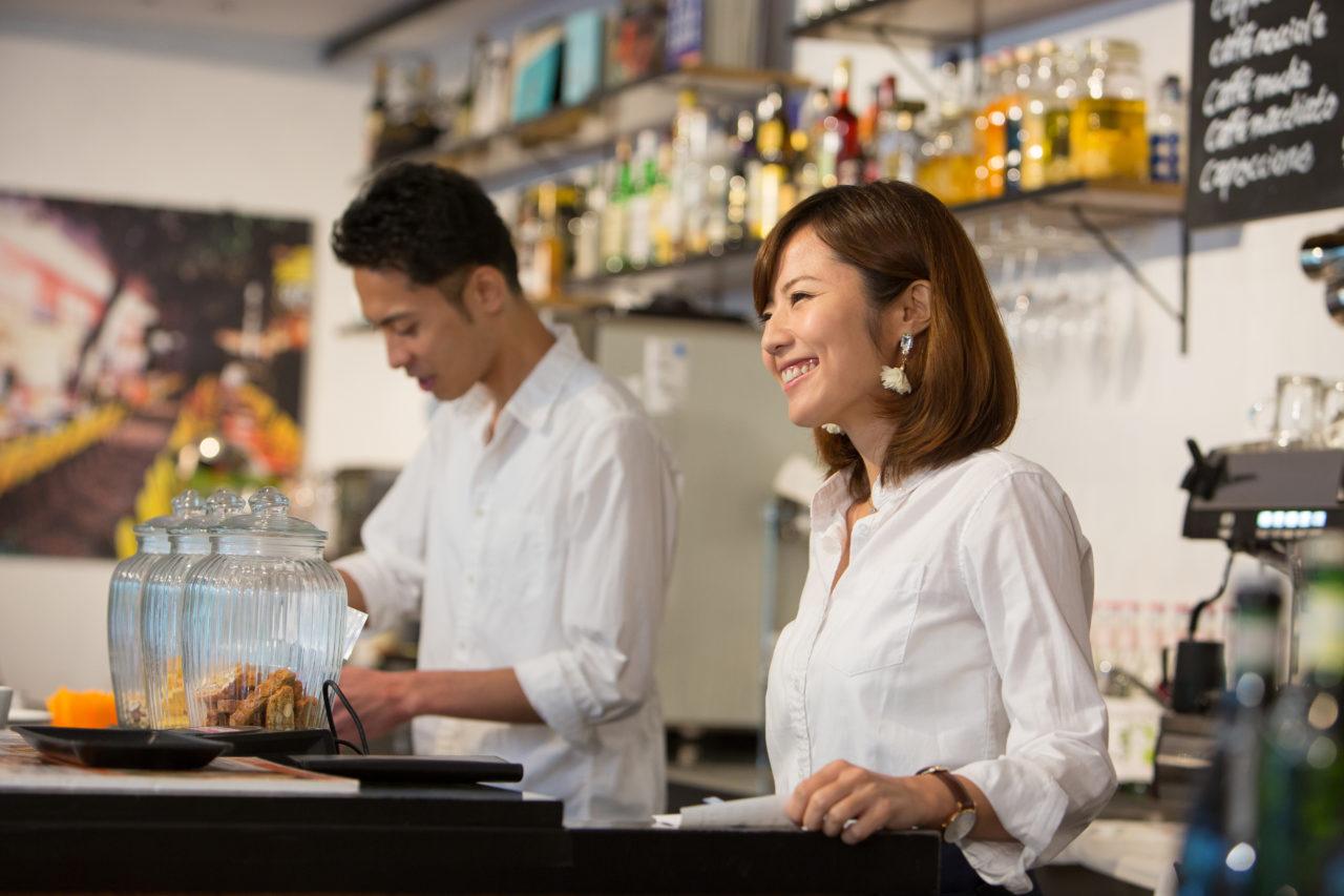 飲食店で働く男女
