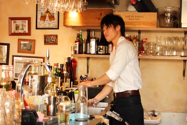 キッチンに立つ河野慎之介さん