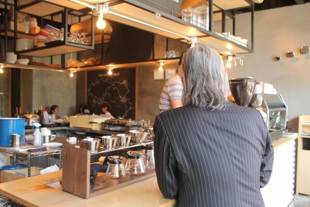 佐藤氏がカフェで1人座っている