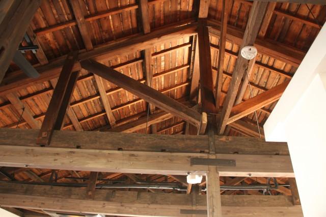 アダッキオ天井裏の吹き抜けの様子