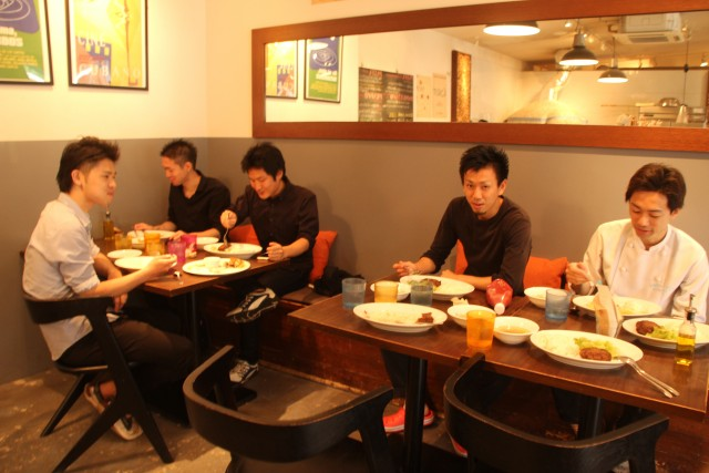 青いナポリの従業員のまかない食事風景 (1)