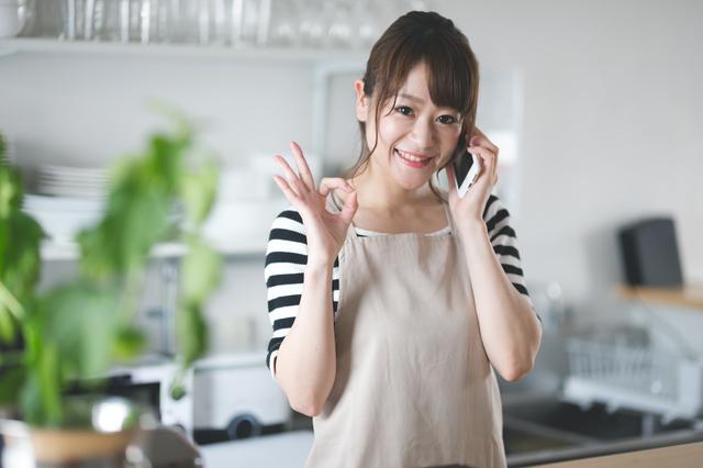 電話対応をしている女性店員がOKをしている画像