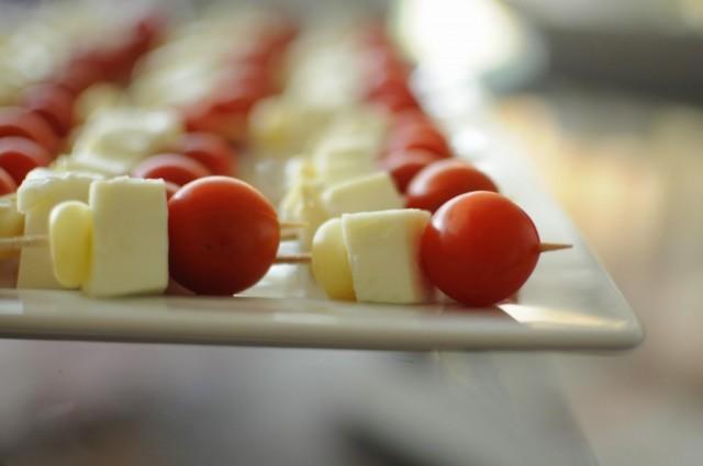 Tomate-cherry-queso-fresco-y-choclo-peruano-1024x680
