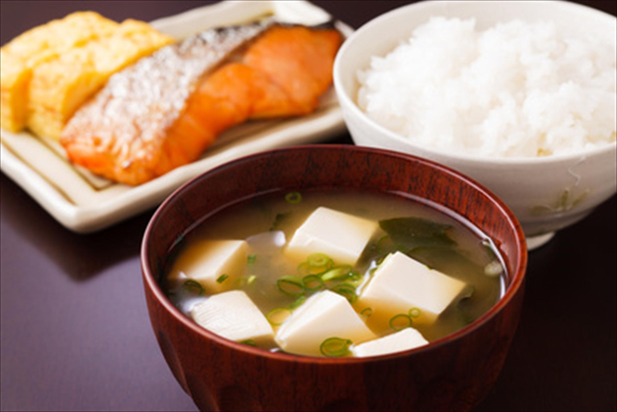 ご飯と味噌汁と鮭の塩焼き
