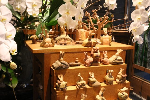 夢窓庵の店内に飾られている木製のひな壇