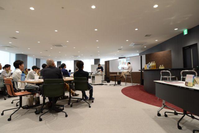 米田シェフと藪ノ賢次の対談に耳を傾ける聴衆