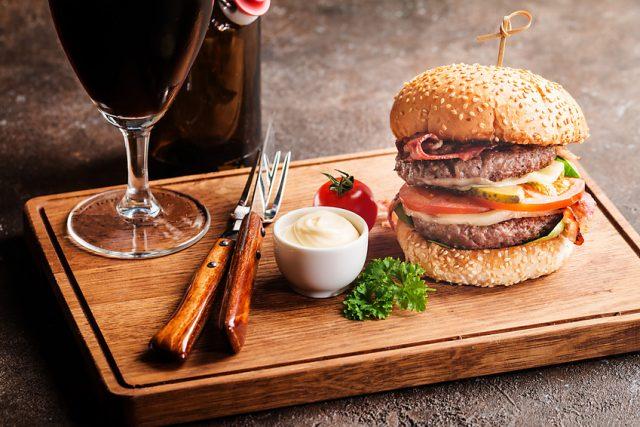 ハンバーガーとダークビール
