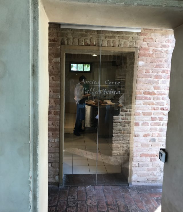 レストラン厨房入口