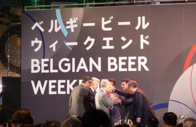 写真を見て何か気づきませんか?乾杯のビールが一人一人違うのです!色、味、香り、アルコール度数に至るまでバラエティに富んでいるベルギービールならでは。