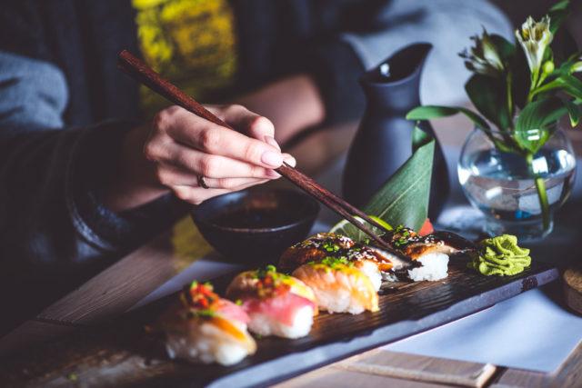 寿司を食べる様子