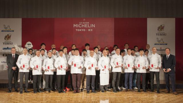 ミシュランガイド東京の発表会場にて受賞者たちの集合写真。