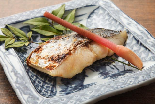 四角いお皿の上に鰆の西京焼きが盛り付けられている。