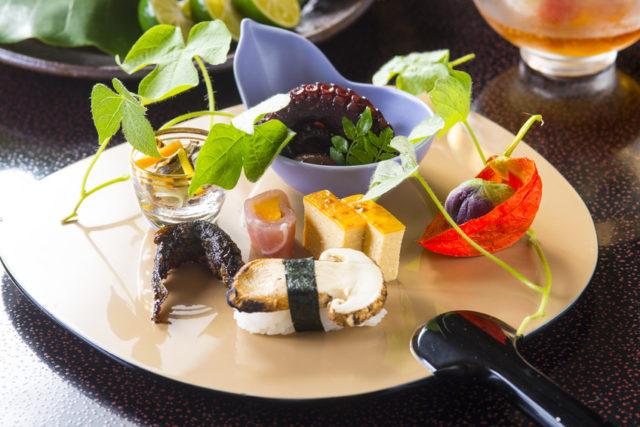 お皿の上に7種類の料理が少しずつ盛り付けられている。